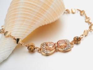 Изящный браслет «Бантик» с золотым напылением и камнями Сваровски янтарного цвета купить. Цена 199 грн или 625 руб.