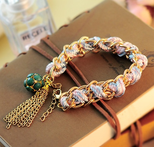 Модный браслет в виде цепи с вплетёнными в неё розовыми и бирюзовыми нитками и зелёным кулоном в форме шара купить. Цена 79 грн
