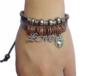 Стильный браслет из натуральной кожи с медными колечками и кулоном с надписью «LOVE» фото. Купить