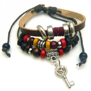 Кожаный браслет «Хиппи Стиль» с разноцветными бусинами, фенечками и кулоном в виде серебряного ключа купить. Цена 99 грн