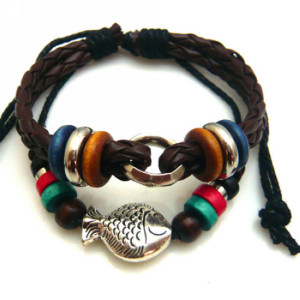 Кожаный плетёный браслет в стиле хиппи с серебристой фигуркой рыбки и деревянными бусинами фото. Купить