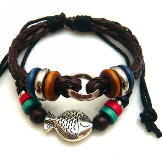 Кожаный плетёный браслет в стиле хиппи с серебристой фигуркой рыбки и деревянными бусинами купить. Цена 99 грн