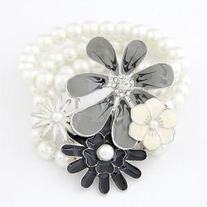 Жемчужный браслет на резинке «Ромашковое поле» с цветами, покрытыми белой, серой и чёрной эмалью купить. Цена 130 грн или 410 руб.