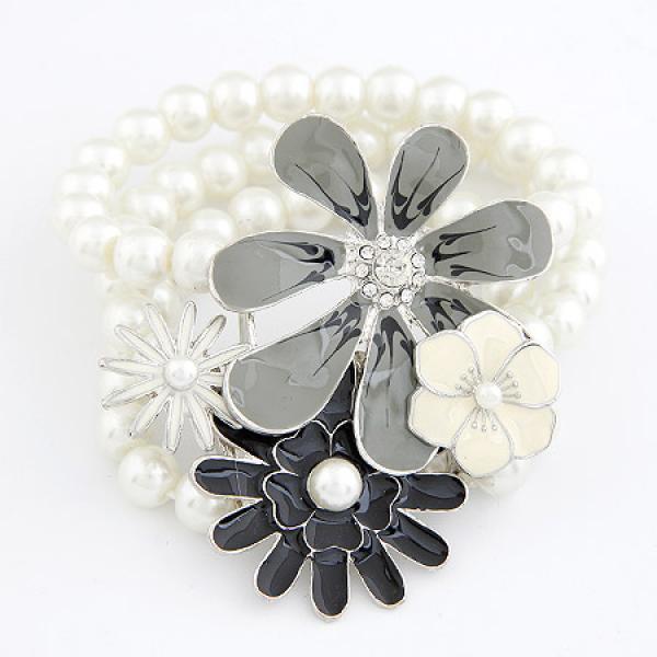 Жемчужный браслет на резинке «Ромашковое поле» с цветами, покрытыми белой, серой и чёрной эмалью купить. Цена 130 грн