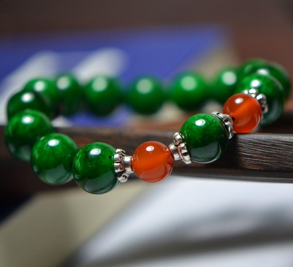 Тёмно-зелёный браслет на руку из серии «Тибетские украшения» из круглых бусин на резинке купить. Цена 79 грн