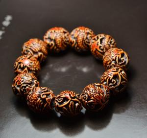 Тибетский толстый браслет с шариками из крупных бусин с резьбой, имитирующих слоновую кость купить. Цена 79 грн или 250 руб.