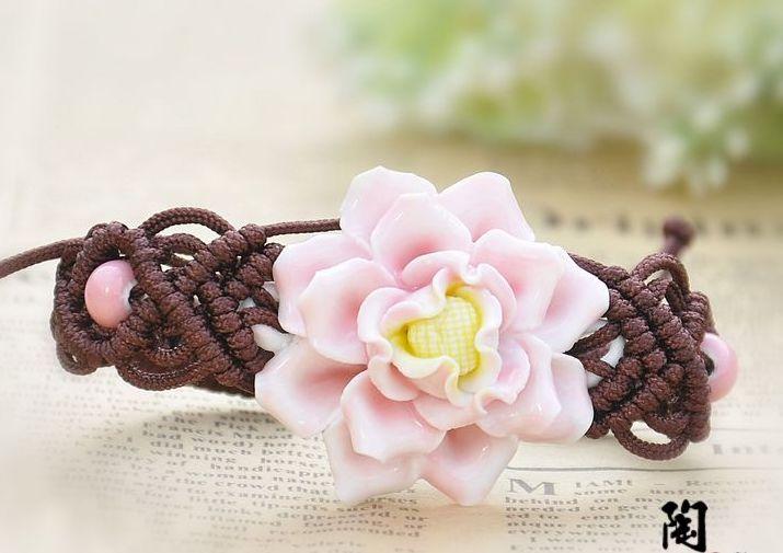 Плетёный из коричневой нити браслет ручной работы с нежным розовым цветком из керамики купить. Цена 185 грн