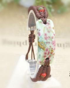 Браслет-медальон из керамики, покрытый цветной глазурью, закреплённый на плетёном основании купить. Цена 170 грн или 535 руб.