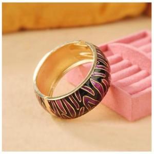 Жёсткий браслет из металла с черными и фиолетовыми волнистыми полосами из эмали фото. Купить