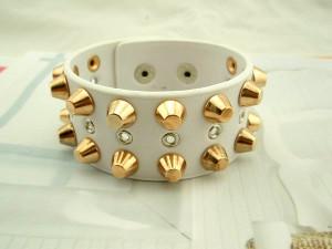 Широкий белый кожаный браслет на «кнопке» с золотыми шипами купить. Цена 130 грн или 410 руб.
