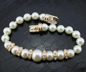 Классический браслет «Жемчуг» (ITALINA) с белыми круглыми жемчужинами и камнями Сваровски фото 1