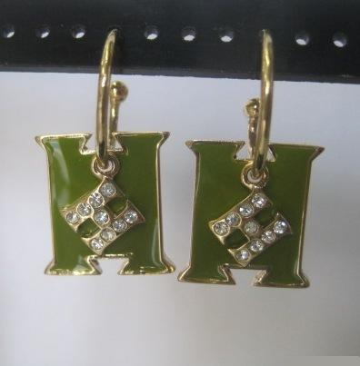 Стильные серьги «Hermes Style» в виде буквы с зелёной эмалью и мелкими стразами купить. Цена 79 грн