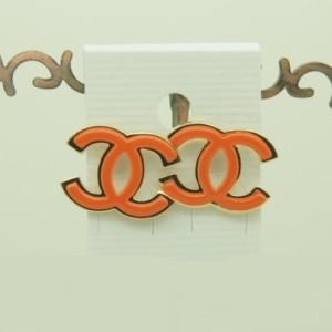 Оранжевые серьги «Chanel» в виде логотипа без камней купить. Цена 39 грн