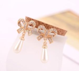 Праздничные серьги «Бантики» (бренд-ITALINA) с крупным жемчугом и кристаллами Сваровски фото. Купить