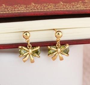 Миленькие серьги с бантиками и напылением из жёлтого золота с зелёными цирконами фото. Купить