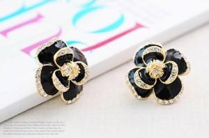 Массивные серьги «Айседора» в виде цветка с лепестками из чёрной эмали с прозрачными стразами фото. Купить