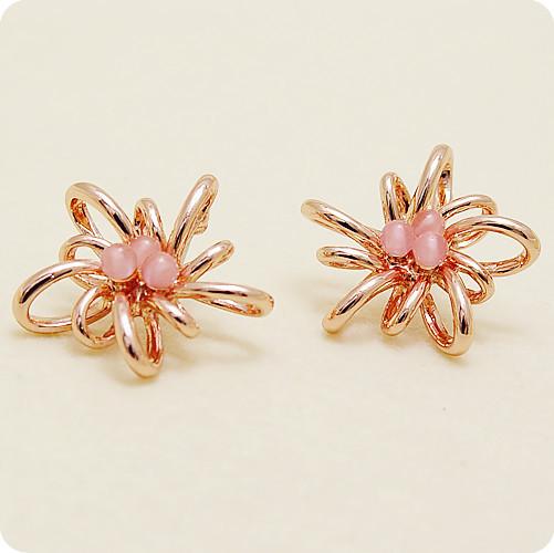 Крупные ажурные серьги-гвоздики «Абстракция» с розовыми бусинами и золотым напылением купить. Цена 275 грн