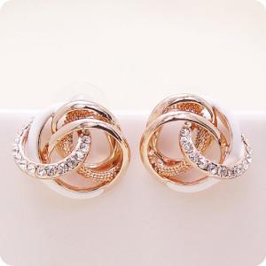 Закрученные серьги «Импрессио» (бренд-Viennois) с белой эмалью, золотым напылением и кристаллами Сваровски фото. Купить