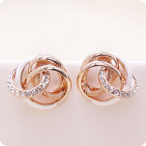 Закрученные серьги «Импрессио» (бренд-Viennois) с белой эмалью, золотым напылением и кристаллами Сваровски купить. Цена 320 грн