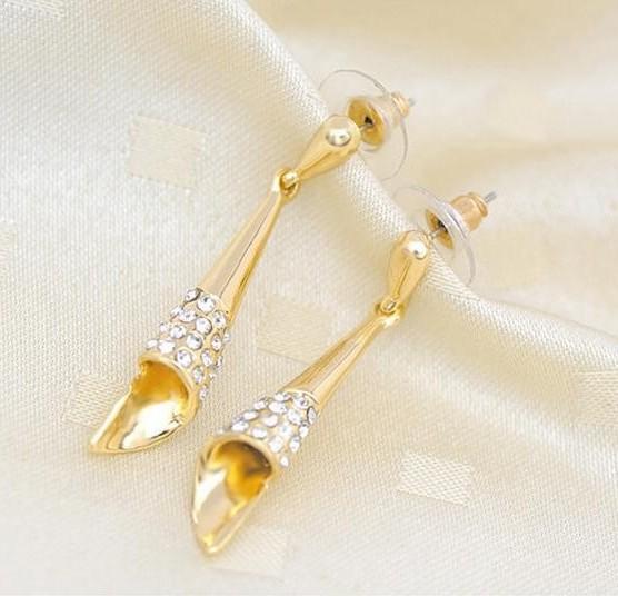 Простые серьги «Рожок» в виде золотого конуса с бесцветными стразами купить. Цена 78 грн