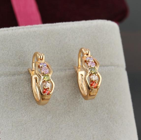 Небольшие серьги-полукольца с покрытием из жёлтого золота и разноцветными фианитами купить. Цена 130 грн