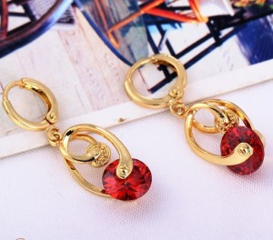 Оригинальные серьги с большим красным камнем (цирконом) и золотым напылением фото. Купить