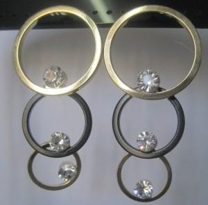 Немаленькие серьги «Три кольца» в виде трёх разновеликих колец золотого и чёрного цветов купить. Цена 50 грн