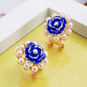 Оригинальные серьги «Синяя роза» с цветком и ободком из белых жемчужин фото. Купить