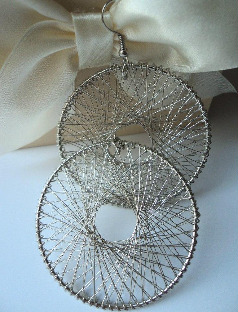 Грандиозные серьги в виде огромных колец серебряного цвета с ажурным вплетением купить. Цена 59 грн
