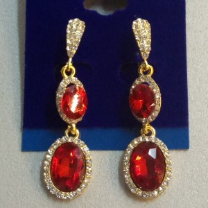 Висячие серьги «Фелиция» с камнями красного цвета и бесцветными стразами купить. Цена 165 грн