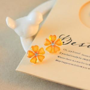 Оранжевые серьги «Фиалка» с лепестками из яркого акрила в белом металле купить. Цена 30 грн или 95 руб.