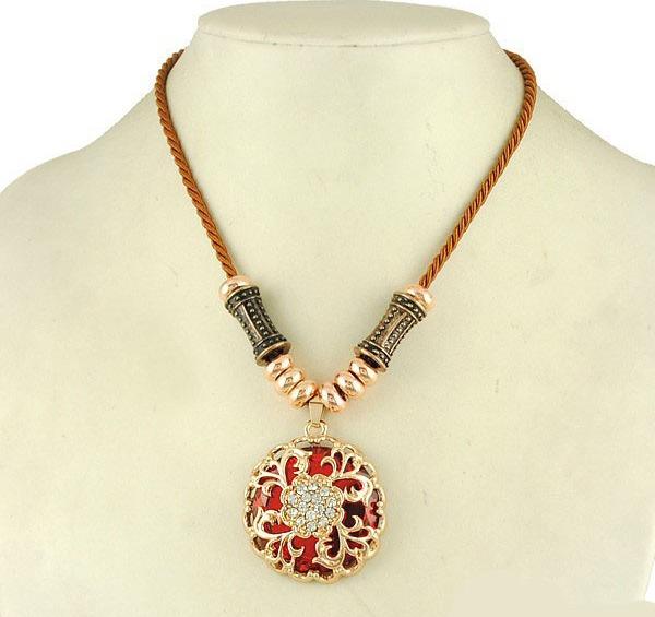 Хрустальная красная подвеска «Индира» с кулоном-медальоном и стразами купить. Цена 175 грн