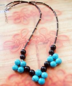 Пластиковое ожерелье из бусин бирюзового и чёрного цветов купить. Цена 59 грн