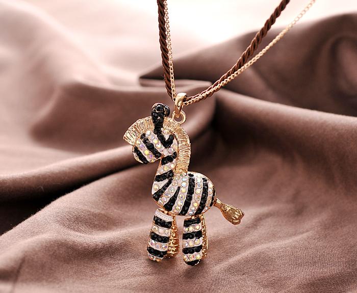 Чёрно-белая подвеска «Зебра» с кулоном со стразами на длинной цепочке и шнурке купить. Цена 165 грн