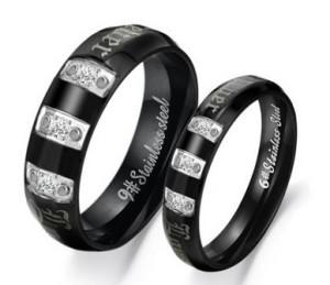 Парные стальные кольца «Luxury» чёрного цвета с бесцветными цирконами и надписями купить. Цена 180 грн или 565 руб.