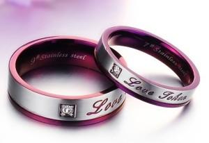 Пурпурное кольцо «Luxury» парное из медицинской стали с фианитом и надписями купить. Цена 180 грн или 565 руб.