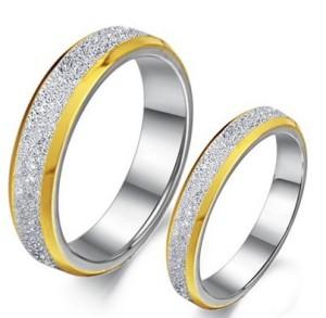 Стальное кольцо «Luxury» серебристого цвета с золотой каймой, без камней и вставок купить. Цена 180 грн