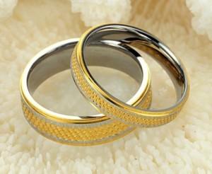 Красивые обручальные кольца «Luxury» из ювелирной стали без камней и вставок купить. Цена 99 грн или 310 руб.
