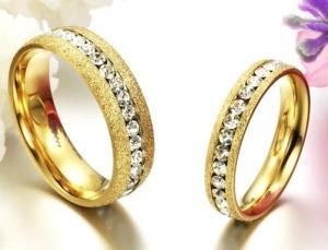 Красивые обручальные кольца «Luxury» жёлтого цвета с полосой из цирконов по центру купить. Цена 180 грн или 565 руб.
