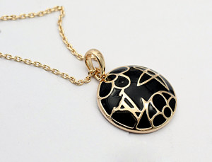 Круглая подвеска «Louis Vuitton» (бренд-ITALINA) с кулоном в виде медальона с чёрной эмалью купить. Цена 290 грн