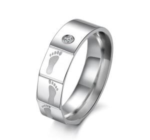 Оригинальное стальное кольцо «Luxury» с изображением стопы младенца и маленьким цирконом купить. Цена 180 грн или 565 руб.