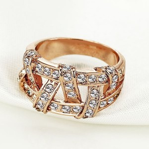 Интересное кольцо «Вечность» с покрытием под розовое золото и стразами фото 1