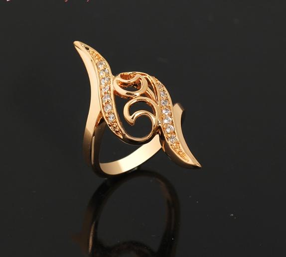 Вытянутое кольцо с напылением из жёлтого золота и бесцветными цирконами купить. Цена 215 грн