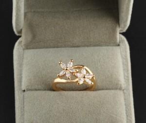 Тонкое кольцо в виде цветов с бесцветными фианитами и жёлтой позолотой купить. Цена 175 грн или 550 руб.