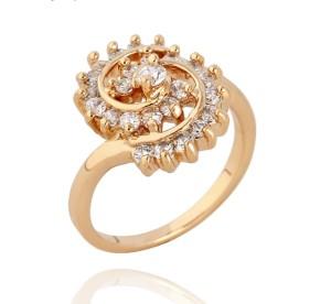 Необычной формы кольцо с золотым напылением и мелкими фианитами фото. Купить