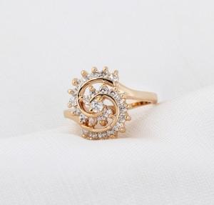 Необычной формы кольцо с золотым напылением и мелкими фианитами фото 1