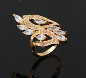 Крупное кольцо с бесцветными фианитами и покрытием из жёлтого золота фото. Купить
