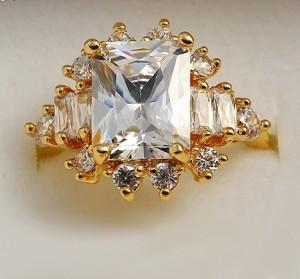 Богатое кольцо с большим фианитом и 18-ти каратным золотым напылением купить. Цена 250 грн или 785 руб.