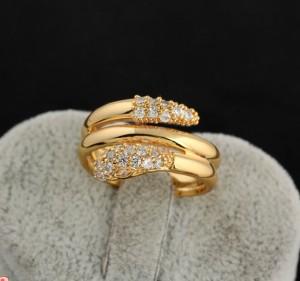Витое кольцо по форме напоминающее змею с позолотой и мелкими стразами фото. Купить