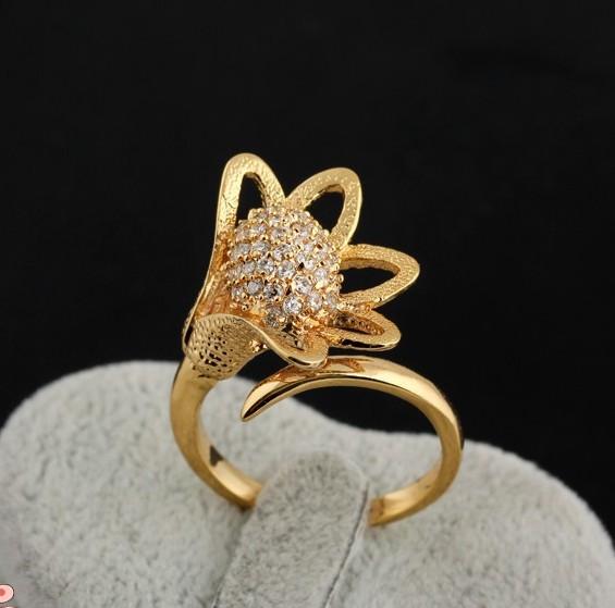 Чудесное кольцо в форме цветка с покрытием жёлтым золотом и мелкими цирконами купить. Цена 220 грн